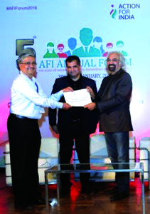 Dr. Abhay Shendye receivingthe SVC 2016 Fellowship Certificate from Dr. Sam Pitroda